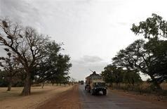 La intervención militar de Francia en Mali ha revivido las tensiones transatlánticas sobre asuntos de seguridad, esta vez con un campo de batalla clave en la lucha contra el terrorismo en liza, junto con la consternación de quienes critican al presidente Barack Obama por ser demasiado reacio al uso de la fuerza militar. En la imagen, un convoy de vehículos militares franceses en Somadougou, Mali, el 25 de enero de 2013. REUTERS/Eric Gaillard