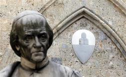 Las cuatro personas que forman la junta del Banco de Italia estaban reunidas el sábado para considerar la posición del banco Monte dei Paschi di Siena, que está en medio de un escándalo, y decidir si autoriza su petición de ayuda estatal por valor de 3.900 millones de euros. En la imagen, el logo del Monte dei Paschi en la sede del banco en Siena, el 25 de enero de 2013. REUTERS/Stefano Rellandini