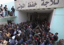 Al menos 22 personas murieron el sábado en Egipto en episodios de violencia protagonizados por unos manifestantes enfurecidos contra la sentencia a muerte a 21 personas por una tragedia en un estadio de fútbol, en medio de una ola de disturbios sangrientos que suponen un reto para los nuevos gobernantes islamistas del país. En la imagen, unas personas llevan el cadáver de uno de los muertos en los enfrentamientos en la morgue de Suez, el 26 de enero de 2013. REUTERS/Stringer