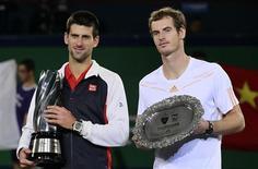 Le Serbe Novak Djokovic (à gauche) et le Britannique Andy Murray se retrouvent dimanche en finale de l'Open d'Australie, nouvel épisode d'une rivalité à la tête du tennis mondial qui semble partie pour durer. /Photo prise le 14 octobre 2012/REUTERS/Aly Song