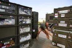 Um soldado carrega um caminhão com equipamento médico, que será transferido para um hospital temporário em Sevare, do aeroporto de Bamako, Mali. 26/01/2013 REUTERS/Malin Palm