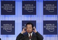 El ministro de Economía de Japón dijo el sábado que el extraordinario programa de estímulo fiscal y monetario de su país no apunta a debilitar el yen ni a socavar la independencia del banco central. En la imagen, el ministro Akira Amari en Davos, el 26 de enero de 2013. REUTERS/Denis Balibouse