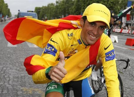 Discovery Channel team rider Alberto Contador of Spain, overall winner, cycles up the Champs Elysees to celebrate his victory after the final 20th stage of the 94th Tour de France cycling race between Marcoussis and Paris, July 29, 2007. REUTERS/Eric Gaillard