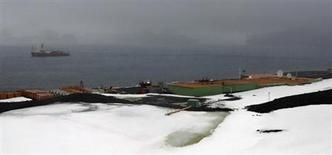 """Vista geral da base brasileira """"Comandante Ferraz"""" na Antártica em foto de arquivo de 2 de novembro de 2008. Brasil e Chile assinaram um acordo neste sábado para que os brasileiros possam usar as instalações da base chilena na Antártida, enquanto o governo brasileiro reconstrói a sua base destruída por um incêndio em fevereiro do ano passado. REUTERS/Paulo Whitaker"""