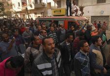 Pessoas gritam e cercam uma ambulância que carrega o corpo de um manifestante morto durante embates ontem na cidade portuária der Suez, cerca de 134 quilômetros a leste do Cairo. 26/01/2013 REUTERS/Stringer