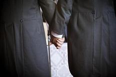 """Les Français restent très partagés sur le droit des couples homosexuels à adopter des enfants mais ils sont près des deux tiers à se prononcer en faveur du """"mariage pour tous"""", selon un sondage Ifop. Soixante-trois pour cent des personnes interrogées pensent que les couples homosexuels doivent avoir le droit de se marier, une proportion en hausse de trois points par rapport à une enquête similaire menée début janvier. /Photo d'archives/REUTERS/Pepe Marin"""