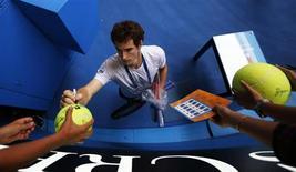 O britânico Andy Murray assina um autógrafo para um fã após uma sessão de treino no Aberto da Austrália em Melbourne. 26/01/2013 REUTERS/Navesh Chitrakar