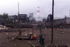 La justice administrative française a reconnu pour la première fois la responsabilité de l'Etat dans l'explosion de l'usine toulousaine d'AZF, qui a provoqué la mort de 31 personnes le 21 septembre 2001. Cet arrêt est la conséquence directe de la condamnation au pénal en appel, en septembre, de l'exploitant de l'usine, Grande Paroisse, filiale du groupe Total, et de son ex-directeur, Serge Biechlin, pour homicides involontaires. /Photo prise le 22 septembre 2001/REUTERS/Jean-Philippe Arles/File