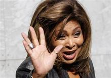 La leyenda de la música soul Tina Turner ha dado los primeros pasos para renunciar a su pasaporte estadounidense y convertirse en ciudadana de Suiza, el país al que ha llamado hogar durante cerca de 20 años. En la imagen de archivo, Turner saluda durante un desfile de moda en Milán en febrero de 2011. REUTERS/Stefano Rellandini