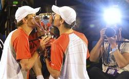 Les jumeaux américains Bob et Mike Bryan sont devenus samedi la paire de double la plus titrée de l'histoire en Grand Chelem en remportant ensemble à l'Open d'Australie leur 13e trophée majeur. Les deux frères, âgés de 34 ans, ont battu les Néerlandais Robin Hase et Igor Sijsling 6-3 6-4. /Photo prise le 26 janvier 2013/REUTERS/Toby Melville