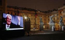 O candidato vencedor da eleição presidencial da República Tcheca, Milos Zeman, aparece em televisão em frente ao Castelo de Praga. 26/01/2013 REUTERS/Petr Josek