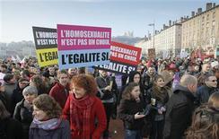 """Plusieurs milliers de personnes - 11.000 selon la police, 20.000 selon les organisateurs - ont défilé samedi dans le centre de Lyon en faveur du """"mariage pour tous"""" à la veille d'une grande manifestation sur le même thème dimanche à Paris. /Phoot prise le 26 janvier 2013/REUTERS/Robert Pratta"""
