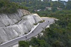 Vista do trecho pavimentado da Estrada Nacional No. 7 no Haiti, entre Les Cayes and Jérémie. 17/01/2012 REUTERS/Swoan Parker