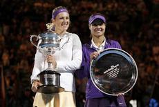 La Biélorusse Victoria Azarenka (à gauche) a remporté son second titre consécutif à l'Open d'Australie de tennis, face à la Chinoise Li Na, déjà finaliste malheureuse il y a deux ans. /Photo prise le 26 janvier 2013/REUTERS/Daniel Munoz