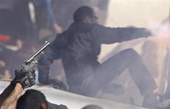 Torcedores do Al Ahly celebram com uma arma artesanal e gritam slogans em frente ao clube Al Ahly no Cairo depois do veredito final sobre o massacre de 2012 em Port Said. 26/01/2013 REUTERS/Amr Abdallah Dalsh
