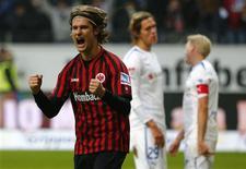 Martin Lanig de l'Eintracht Francfort après un but contre Hoffenheim. Candidat aux places qualificatives pour la Ligue des champions, le club s'est imposé 2-1 et est actuellement 4e avec 33 points. /Photo prise le 26 janvier 2013/REUTERS/Kai Pfaffenbach