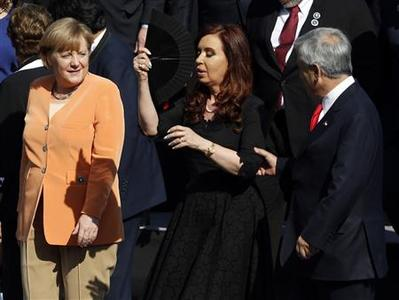 Germany's Chancellor Angela Merkel (L) looks on as Argentina's President Cristina Fernandez (C) and Chile's President Sebatian Pinera chat after a group picture was taken during the summit of the Community of Latin American, Caribbean States and European Union (CELAC-UE) in Santiago January 26, 2013. REUTERS/Andres Stapff