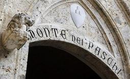 El banco central de Italia aprobó el sábado la solicitud del banco Monte dei Paschi di Siena, que se ha visto afectado por un escándalo, por 3.900 millones de euros en préstamos estatales. En la imagen, la entrada principal de la sede de Monte Dei Paschi en Siena, el 25 de enero de 2013. REUTERS/Stefano Rellandini