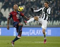 Claudio Marchisio de la Juventus Turin (à droite) en lutte pour le ballon avec Ruben Olivera du Genoa lors de leur match de Serie A qui s'est soldé par un score nul de 1-1. /Photo prise le 26 janvier 2013/REUTERS/Stefano Rellandini