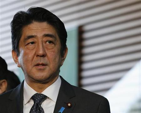 Prime Minister Shinzo Abe speaks to reporters after hearing a briefing by Finance Minister Taro Aso, Bank of Japan Governor Masaaki Shirakawa and Economics Minister Akira Amari (not pictured) in Tokyo January 22, 2013.REUTERS/Kim Kyung-Hoon