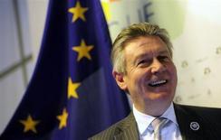 La unión aduanera sudamericana Mercosur y la Unión Europea intercambiarán este año ofertas para resucitar un retrasado acuerdo que apunta a crear el área de libre comercio más grande del mundo, dijo a Reuters el sábado el comisario europeo de Comercio, Karel De Gucht. En la imagen, De Gucht durante una entrevista con Reuters en Santiago, el 26 de enero de 2013. REUTERS/Jorge Sánchez