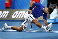 Novak Djokovic, Andy Murray y otros de los tenistas más destacados que están pidiendo más controles de sangre podrían ver sus deseos cumplidos en 2013 con la introducción de los pasaportes biológicos en el tenis. En la imagen de archivo, Djokovic calienta antes de un partido en el Abierto de Australia. REUTERS/Stringer