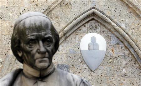 The Monte Dei Paschi bank logo is pictured at the bank's headquarters in Siena January 25, 2013. REUTERS/Stefano Rellandini