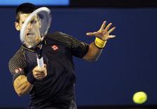 Le Serbe Novak Djokovic, numéro un mondial, a remporté son troisième titre consécutif à l'Open d'Australie, en battant l'Ecossais Andy Murray 6-7(2) 7-6(3) 6-3 6-2. Il obtient ainsi son quatrième titre à Melbourne, après 2008, 2011 et 2012, et devient le premier joueur à gagner trois fois de suite en Australie, premier tournoi du Grand Chelem de la saison. /Photo prise le 27 janvier 2013. REUTERS/Daniel Munoz