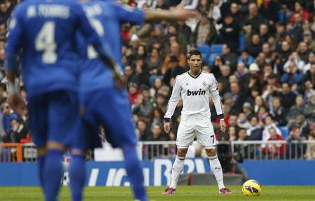 Real Madrid's Cristiano Ronaldo prepares to kick the ball during their Spanish first division soccer match against Getafe at Santiago Bernabeu stadium in Madrid January 27, 2013. REUTERS/Juan Medina