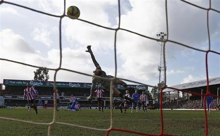 Chelsea's Fernando Torres (3rd R) shoots and scores his goal past Brentford goalkeeper Simon Moore (C) during their FA Cup fourth round soccer match at Griffin Park in London January 27, 2013. REUTERS/Eddie Keogh