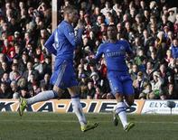 El denostado delantero Fernando Torres rescató el domingo al Chelsea de una ignominiosa eliminación en cuarta ronda de la Copa FA, de la que es actual campeón, después de igualar el partido en el minuto 83 rescatado un empate 2-2 contra el Brentford, de tercera división. En la imagen, Torres celebra su gol contra el Brentford. REUTERS/Eddie Keogh