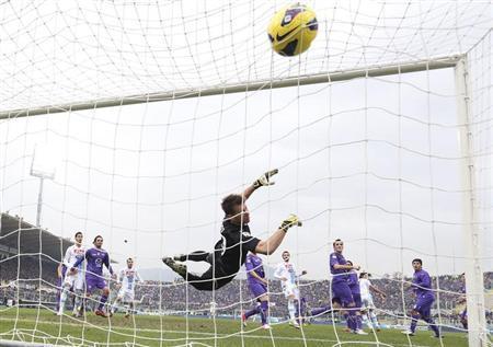 Napoli's Edinson Cavani (2nd R) heads to score against Fiorentina's goalkeeper Norberto Neto during their Italian Serie A soccer match at the A. Franchi stadium in Florence January 20, 2013. REUTERS/Giorgio Benvenuti