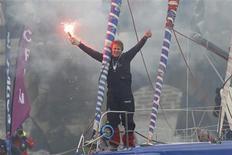 François Gabart célèbre sa victoire aux Sables d'Olonne dans la septième édition du Vendée Globe dont il est devenu le plus jeune vainqueur, à 29 ans. /Photo prise le 27 janvier 2013/REUTERS/Stéphane Mahé