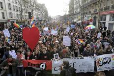Des dizaines de milliers de partisans du mariage homosexuel et de l'adoption par les couples de même sexe ont manifesté dimanche à Paris pour inciter les députés socialistes à tenir bon face à la mobilisation des opposants au projet de loi. /Photo prise le 27 janvier 2013/REUTERS/Gonzalo Fuentes