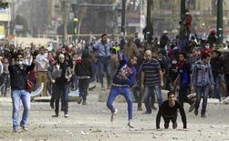 Manifestantes contra o presidente do Egito, Mohamed Mursi, atiram rochas em policiais durante embates no Cairo, Egito. 27/01/2013 REUTERS/Mohamed Abd El Ghany
