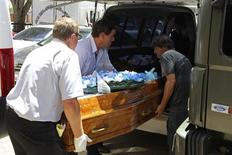 Funerários carregam um caixão contendo o corpo de uma vítima do incêndio na boate Kiss em Santa Maria, 350 quilômetros a oeste de Porto Alegre. 27/01/2013 REUTERS/Edison Vara