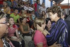 A presidente do Brasil, Dilma Rousseff (direita), consola parentes das vítimas de um incêndio que ocorreu na Boate Kiss na cidade de Santa Maria, 350 quilômetros a oeste de Porto Alegre. 27/01/2013 REUTERS/Roberto Stuckert Filho/Presidência Brasileira/Divulgação