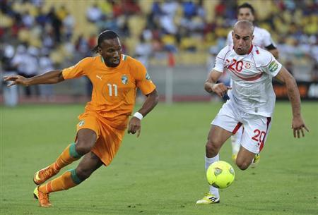 vory Coast's Didier Drogba (L) challenges Tunisia's Aymen Abdennour during their African Nations Cup Group D soccer match in Rustenburg January 26, 2013.