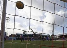 Fernando Torres (terceiro à direita) chuta e marca um gol contra o goleiro do Brentford, Simon Moore (centro) durante partida no estádio de Griffin Park em Londres, Reino Unido. 27/01/2013 REUTERS/Eddie Keogh