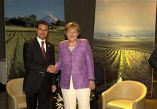 Mexico's President Enrique Pena Nieto (L) shakes hands with Germany's Chancellor Angela Merkel during a private meeting at summit of the Community of Latin American, Caribbean States and European Union (CELAC-UE) in Santiago January 27, 2013 in this picture provided by the Mexico Presidency. REUTERS/Mexico Presidency/Handout