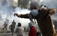 Protesters opposing Egyptian President Mohamed Mursi flee from tear gas fired by riot police during clashes along Qasr Al Nil bridge , which leads to Tahrir Square in Cairo January 27, 2013. REUTERS/Amr Abdallah Dalsh