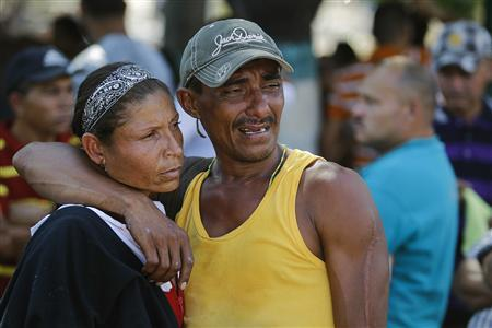 Relatives of an inmate of the Centro Occidental (Uribana) prison who died during the uprising at the prison cry outside a morgue in Barquisimeto January 26, 2013. REUTERS/Carlos Garcia Rawlins