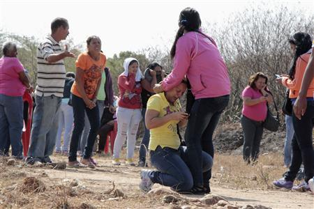 Relatives of inmates react during an uprising outside the Centro Occidental (Uribana) prison in Barquisimeto in this picture provided by Diario el Informador newspaper January 25, 2013. REUTERS/Diario el Informador