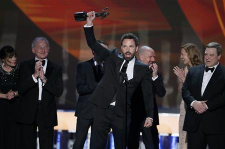 Ben Affleck accepts the award for outstanding cast in a motion picture for ''Argo'' at the 19th annual Screen Actors Guild Awards in Los Angeles, California January 27, 2013. REUTERS/Lucy Nicholson