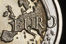 Монета евро, сфотографированная в Риме, 3 декабря 2011 года. Евро приблизился к 11-месячному максимуму к доллару на фоне признаков улучшения экономического климата в Европе, а иена упала до 2,5-летнего минимума к доллару из-за ожиданий смягчения политики Банка Японии. REUTERS/Tony Gentile