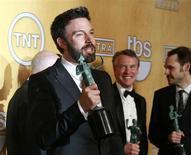 """El drama sobre los rehenes en Irán """"Argo"""" conquistó su segundo gran premio en dos días el domingo, aumentando sus posibilidades de obtener el Oscar a mejor película el próximo mes en una carrera que se había considerado muy abierta. En la imagen, el director y actor Ben Affleck sostiene su premio a mejor reparto por la película """"Argo"""" en la 19ª de los Premios del Sindicato de Actores (Screen Actors Guild Awards) en Los Ángeles, California, el 27 de enero de 2013. REUTERS/Adrees Latif"""