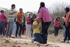 Un violento enfrentamiento el viernes en una prisión del suroeste de Venezuela habría dejado al menos 58 muertos, dijo el domingo el Gobierno, en el último episodio que subraya la crisis penitenciaria que atraviesa el país. En la imagen, familiares de presos reaccionan ante las noticias de la revuelta en la prisión Centro Occidental (Uribana) en Barquisimeto en esa imagen difundida por el Diari el Informador, el 25 de enero de 2013. REUTERS/Diario el Informador