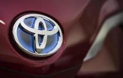Логотип Toyota Motor Corp на автомобиле, стоящем в дизайнерском центре компании в Токио, 28 ноября 2012 года. Toyota Motor Corp вернула себе корону крупнейшего поставщика автомобилей в 2012 году, продав 9,75 миллиона машин по всему миру - на 22,6 процента больше, чем годом ранее. REUTERS/Yuriko Nakao