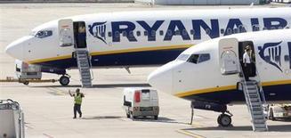 Ryanair a relevé sa prévision de bénéfice annuel au vu d'une hausse plus marquée que prévu de ses tarifs en Europe du Nord, tablant désormais sur un résultat après impôts 2012-2013 de 540 millions d'euros contre une précédente estimation de 490 à 520 millions. /Photo d'archives/REUTERS/Albert Gea