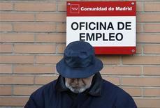 La Confederación Europea de Sindicatos (CES) exigió en Madrid una nueva política de empleo en Europa para contribuir a una solución para el problema del paro en el continente y relegar a un segundo puesto la lucha contra el déficit. En la imagen, un hombre espera para entrar en una oficina de empleo en Madrid el 24 de enero de 2013. REUTERS/Sergio Pérez
